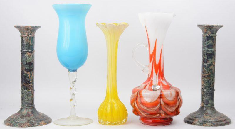 Drie diverse glazen van veelkleurig opaalglas, evenals een paar kandelaars van Italiaans porselein met gedrukt decor (onderaan gemerkt).