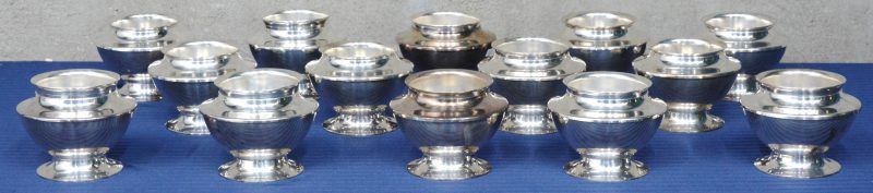 """Een serie van veertien verzilverd metalen bain-marie bowls. """"Schwerversilbert Edelstahl Rostfrei"""". Onderaan gemerkt. Onderaan gemerkt."""