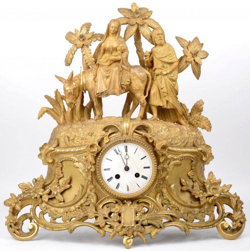 Een verguld bronzen pendule in barokke stijl, getooid met een voorstelling van de vlucht naar Egypte. Met slinger, maar zonder sleutel. Tijdperk Louis-Philippe.