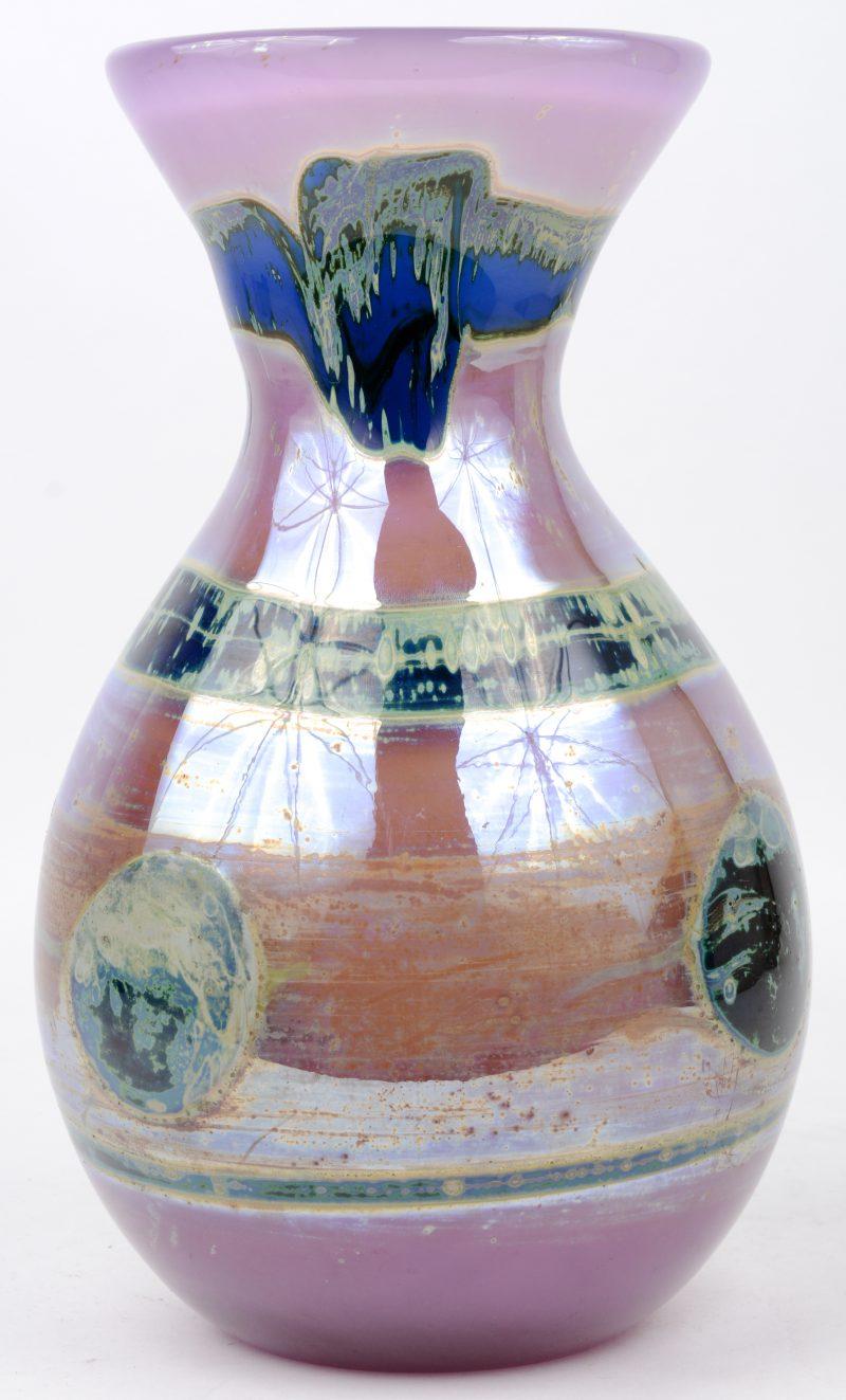 Een grote vaas van meerkleurig glaspasta. Onderaan gemerkt en gemonogrameerd 'LL SJH' voor Louis Leloup en Samuel J. Herman. Omstreeks 1970