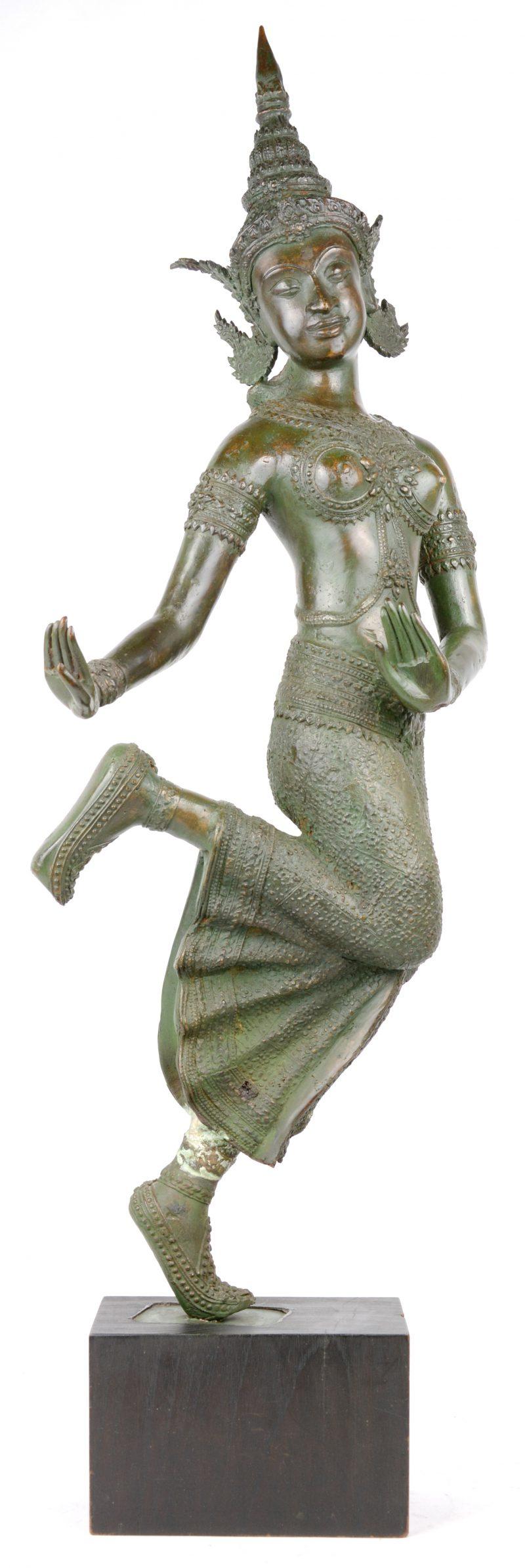 Een Balinese danseres van brons op houten voetstuk. Gerestaureerd aan het been.