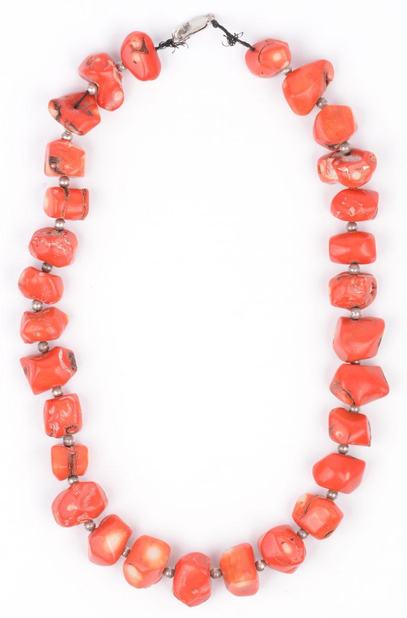 Een halssnoer van rood koraal uit de Middellandse zee. Met zilveren sluiting en kraaltjes.