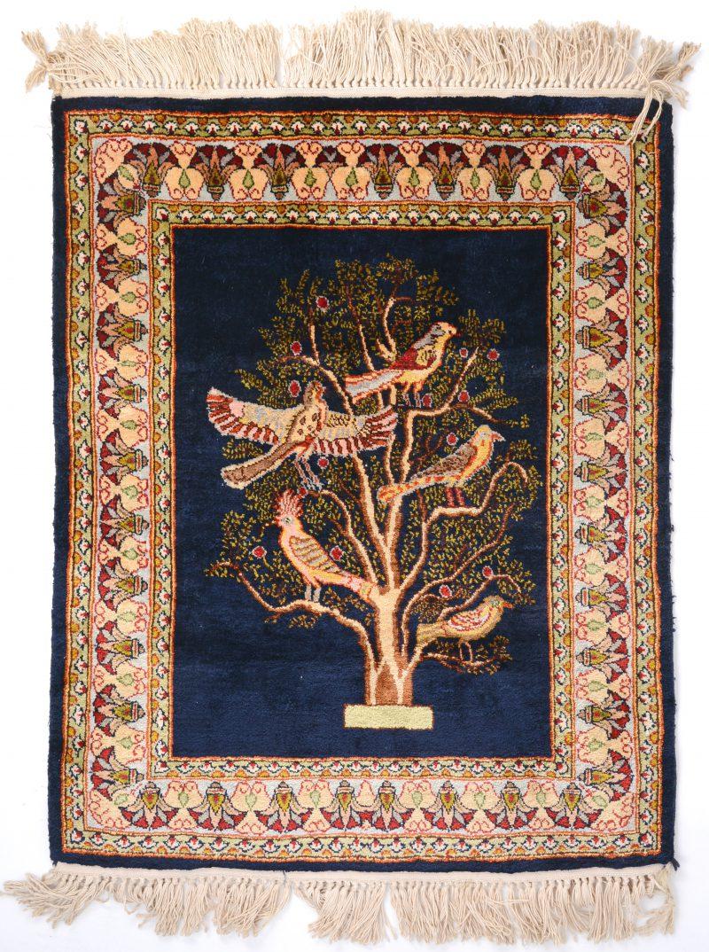 Een zijden tapijtje met levensboom.