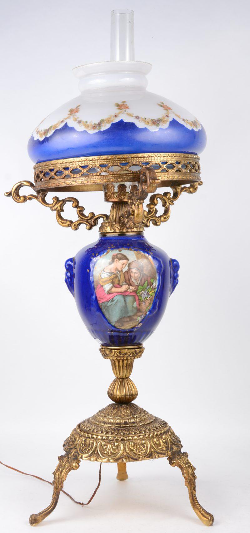 Een olielamp in polychroom porselein en messing. Omgevormd tot lamp. Met coupe van melkglas.