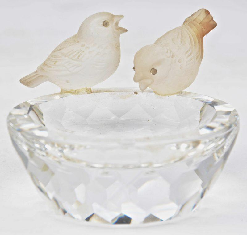 Een vogelbadje van geslepen kleurloos kristal, getooid met twee gesatineerde vogeltjes en met losse steentjes. In origineel etui.