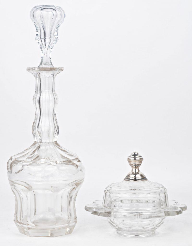 Een boterpot van geslepen kleurloos kristal met zilveren dop en een karaf XIXe eeuw.
