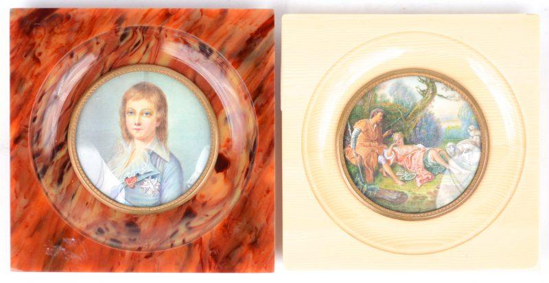 """""""Prinsenportret"""" & """"Pastorale scène"""". Twee handgeschilderde miniaturen op ivoor. Beide gesigneerd. Het eerste met gebarsten dekglas."""