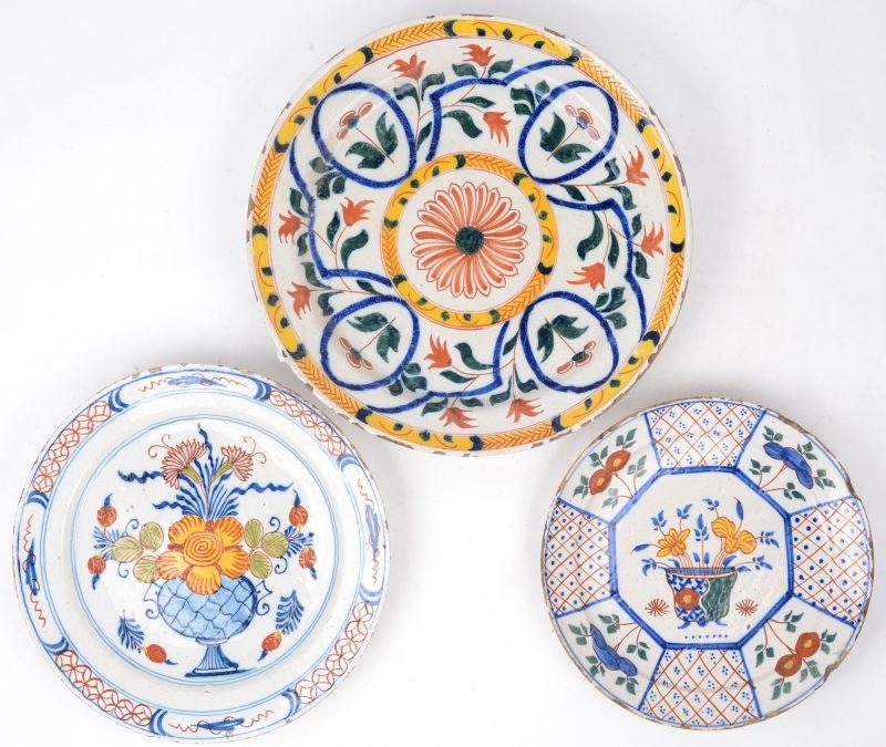 Een lot van drie verschillende borden van meerkleurig Delfts aardewerk. Eind XVIIIe en vroeg XIXe eeuw.
