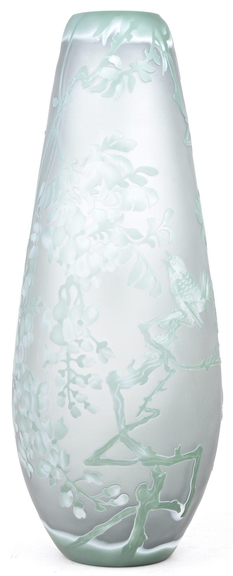 Een glazen vaas met een geëtst decor van bloesems. Gemerkt.