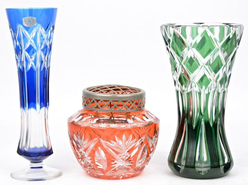 Een lot geslepen kristal, bestaande uit een oranje Picque-fleurs, een groen en een blauw vaasje. Allen gemerkt.