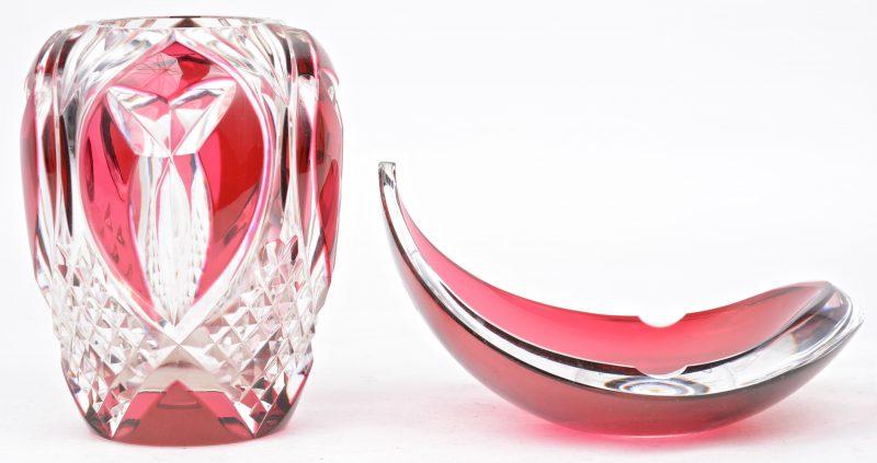 Een vaasje en een designasbak van rood en kleurloos kristal. Beide gemerkt.
