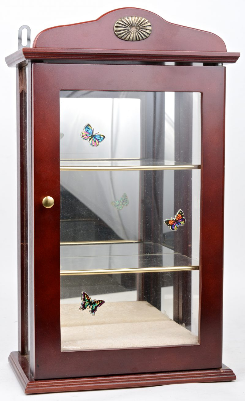 Klein vitrinekastje met spiegel.