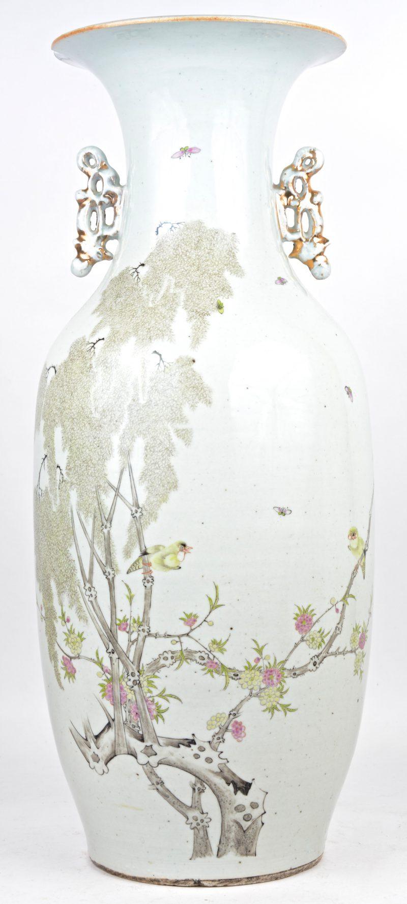 Een vaas van Chinees porselein met een meerkleurig decor van vogels op bloeiende takken. Begin XIXe eeuw. Schade aan de kraag.