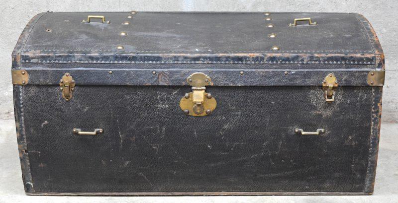 Een oude autoreiskoffer van leder met koperen sluitingen. Binnenin twee uitneembare lades.