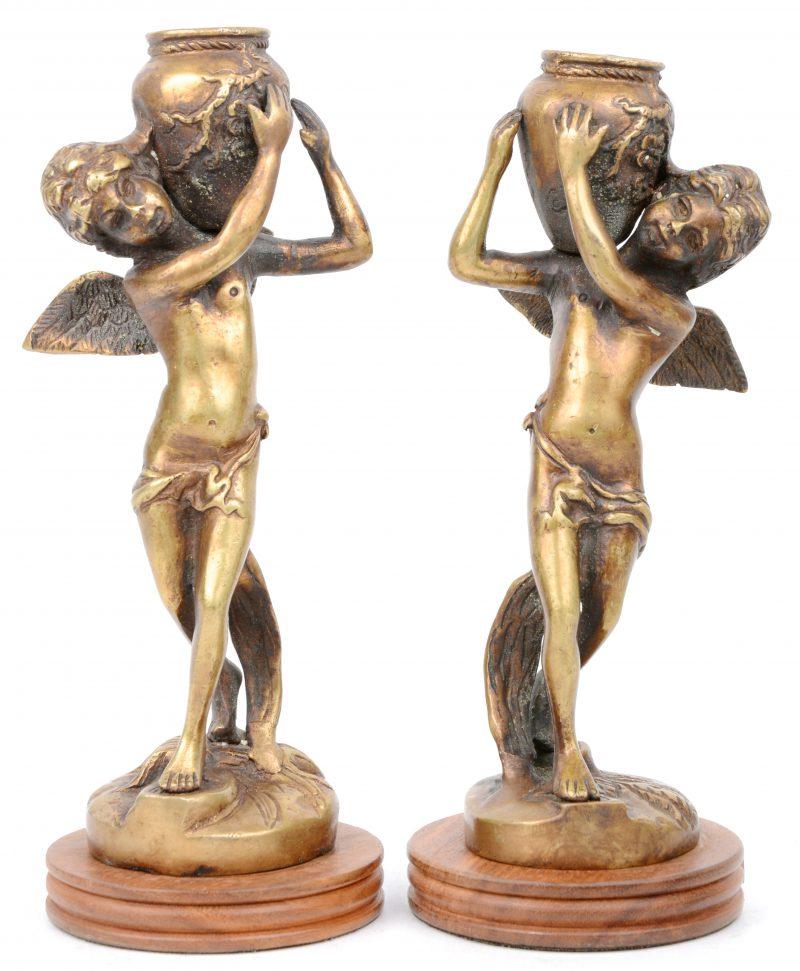 Een paar bronzen kandelaars in de vorm van engeltjes met een kruik. Vermoedelijk Frankrijk, omstreeks 1900.