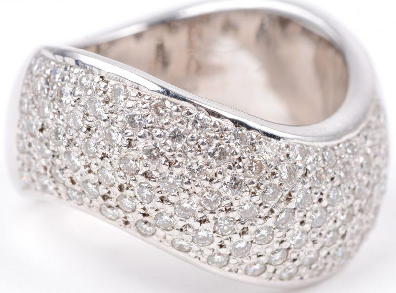 Een 18 karaats wit gouden ring bezet met briljanten met een gezamenlijk gewicht van ± 1,60 ct.