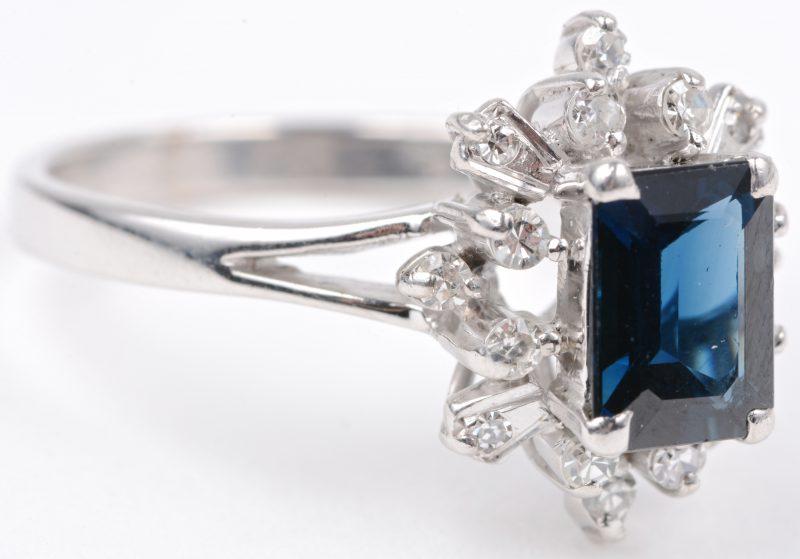 Een 18 karaats wit gouden ring bezet met briljanten met een gezamenlijk gewicht van ± 0,40 ct. en een Australische saffier van ± 0,80 ct.