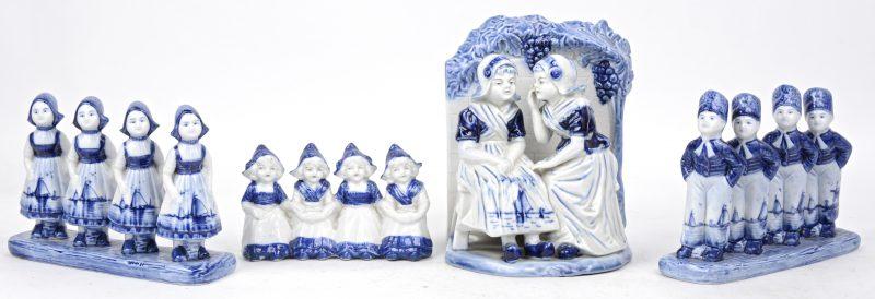Een lot van vier groepjes van blauw en wit Delfts aardewerk.