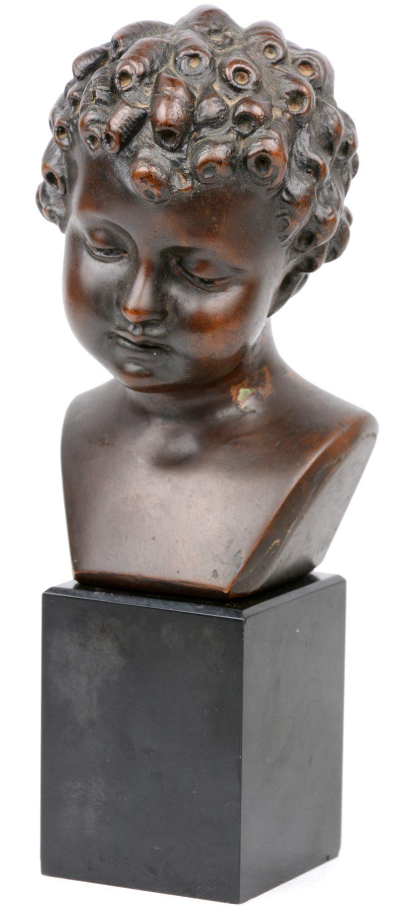 Kleine kinderbuste van brons. Gesigneerd Balestra en genummerd 80.