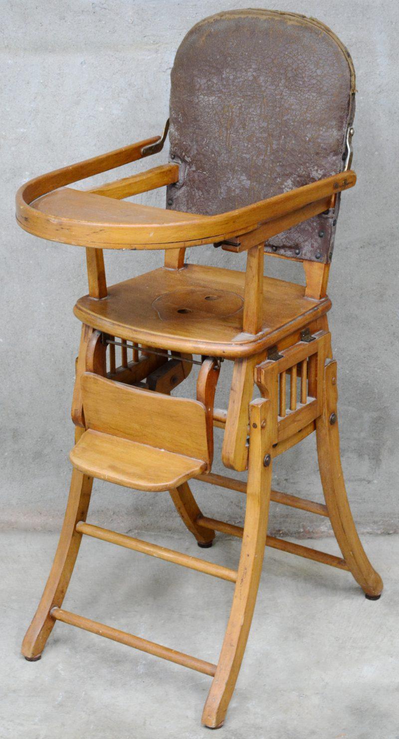 Een antieke kinderstoel/schommel.