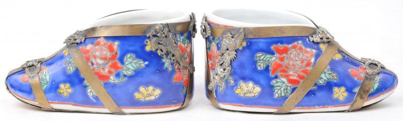 Een paar chinese porseleinen schoentjes met koperbeslag.