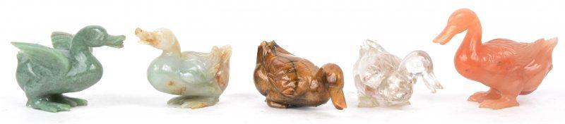 Vijf gesculpteerde eendjes van verschillende soorten mineralen. Chinees werk.