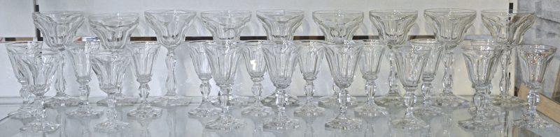 Een glasservies van geslepen kleurloos kristal, bestaande uit 9 rodewijnglazen, 3 wittewijnglazen en 14 aperitiefglazen, waarbij 2 van afwijkend ontwerp. Vermoedelijk Val St. Lambert.