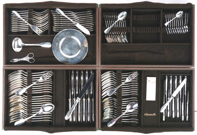 Een bestek van verzilverd metaal, bestaande uit groot bestek, dessertbestek, visbestek, koffielepels, eierlepels en een pollepel. Voor twaalf personen. In ménagère.