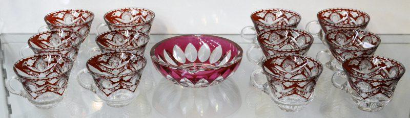 Een reeks van twaalf halfkristallen punchkopjes en een kristallen asbak van Val St. Lambert.