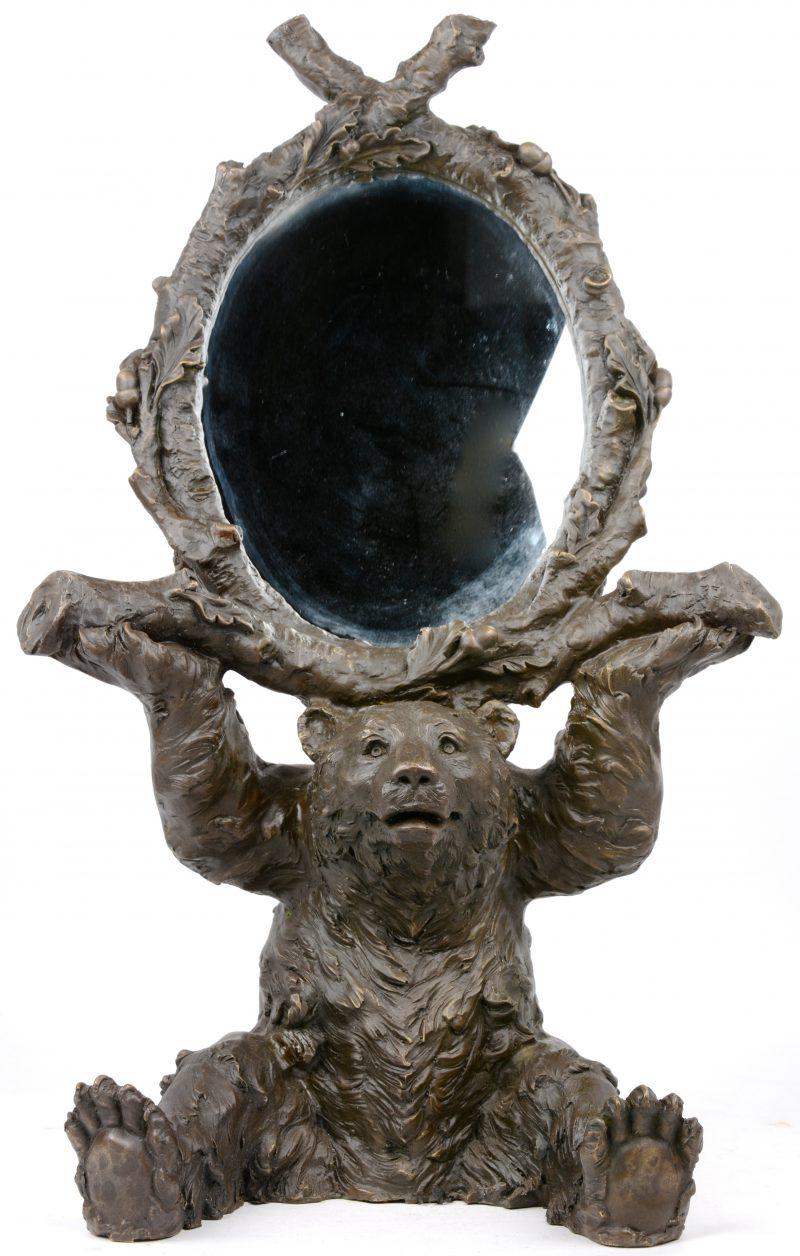 Een ovale spiegel, gedragen door een zittende beer van donkergepatineerd brons.