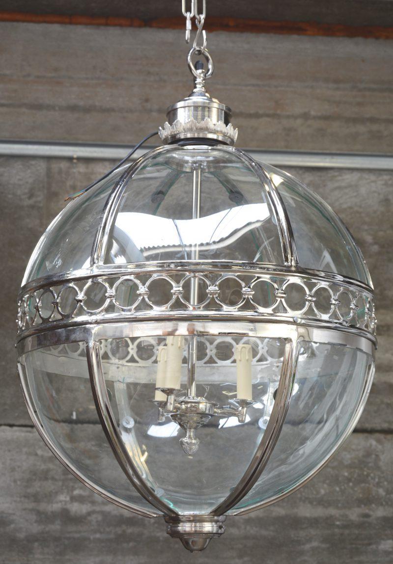 Een verzilverde ronde lantaarn.