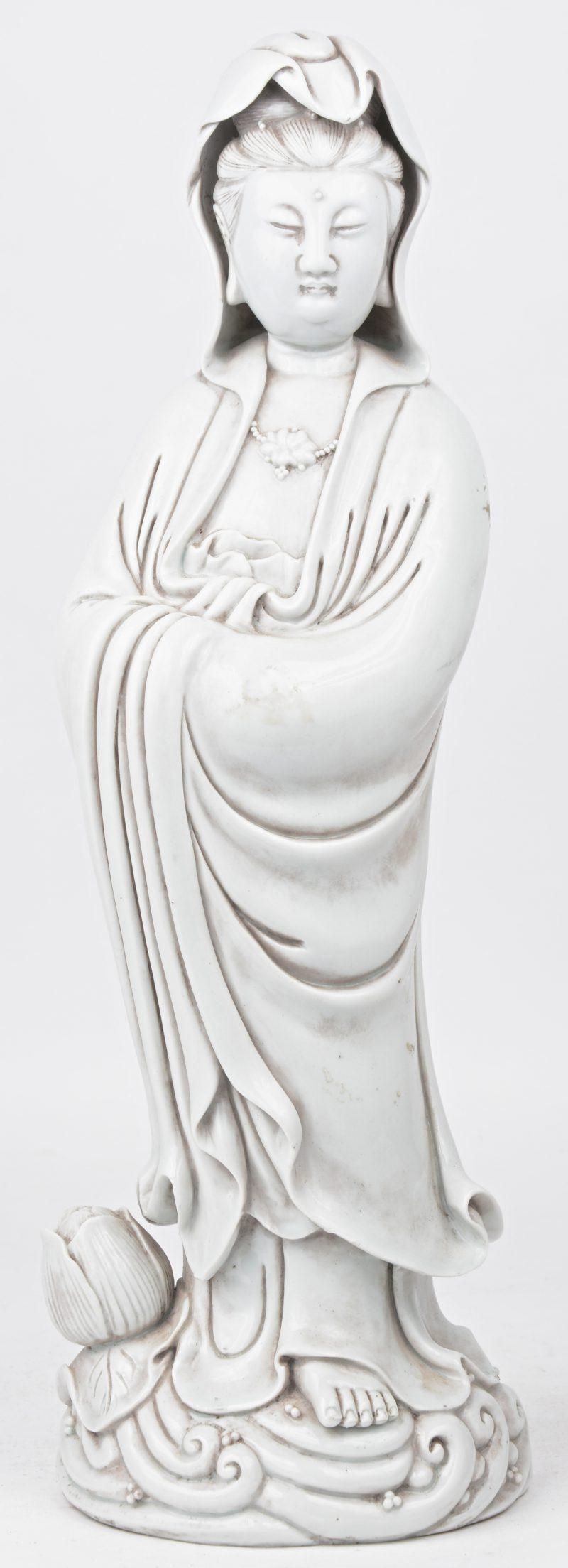 Een Guanyin van monochroom wit porselein in de geest van het blanc-de-Chine.
