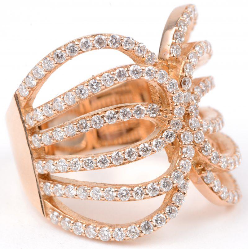 Een 18 karaats roze gouden handgemaakte ring bezet met diamanten met een gezamenlijk gewicht van ± 1,40 ct.