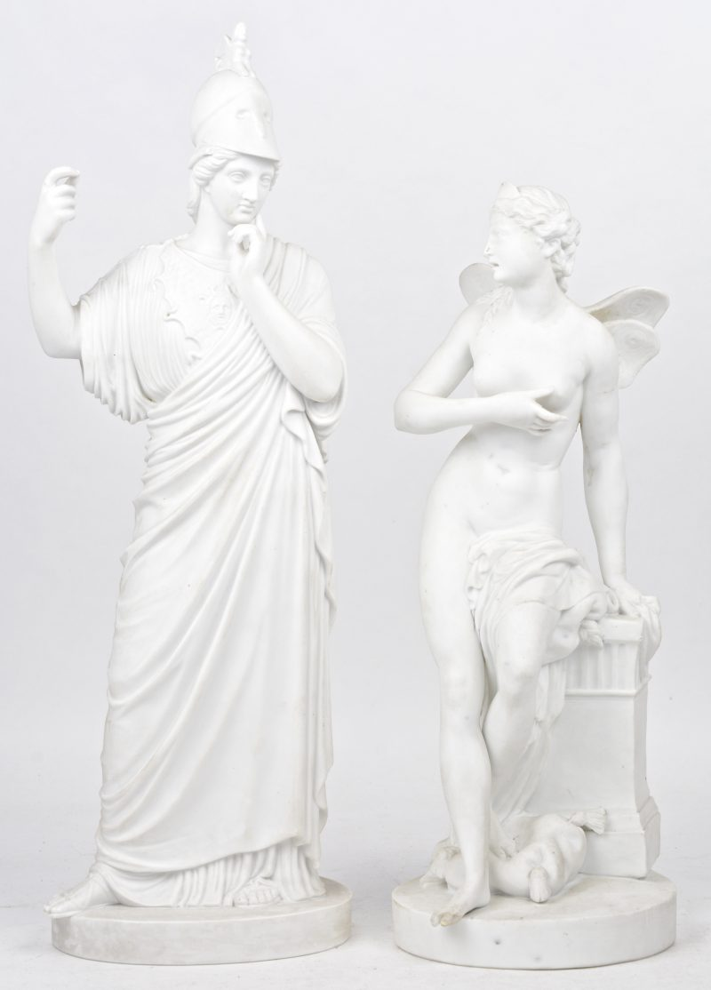 Een Minerva met merk van Kopenhagen (H. 41 cm, ontbrekende lans) en een elf (H. 34 cm, restauratie aan voet en vleugel) van monochroom wit biscuit.
