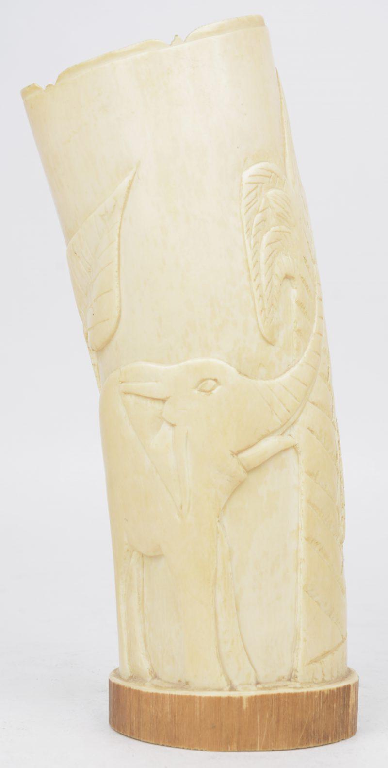 Een vaas van gesculpteerd ivoor met een decor van olifanten en bomen. Kongo, eerste helft XXste eeuw.