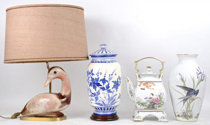 """Een Japanse porseleinen theepot op komfoor met een famille rose decor van een tuin, onderaan gemerkt. """"The Meadowland Bird Vase"""" van polychroom porselein (H. 30 cm, ontwerp Basil Ede, uitgave Franklin). Een dekselvaas van aardewerk met blauw en wit decor (H. 31 cm, onderaan gemerkt G. Giotto). Een koperen schemerlampje versierd met een gestileerde eend (H. eend 21 xm)."""