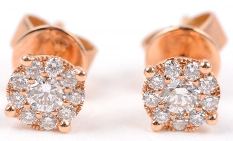 Een paar 18 karaats roze gouden oorbellen bezet met briljanten met een gezamenlijk gewicht van ± 0,38 ct.