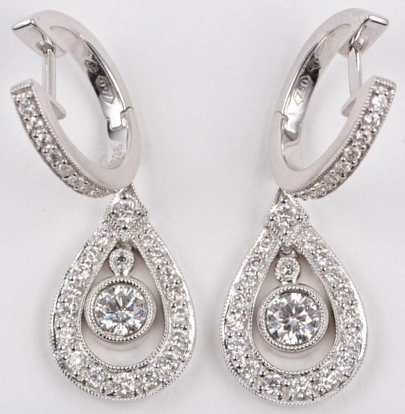 Een paar 18 karaats wit gouden druppelvormige oorbellen bezet met briljanten met een gezamenlijk gewicht van ± 0,88 ct.
