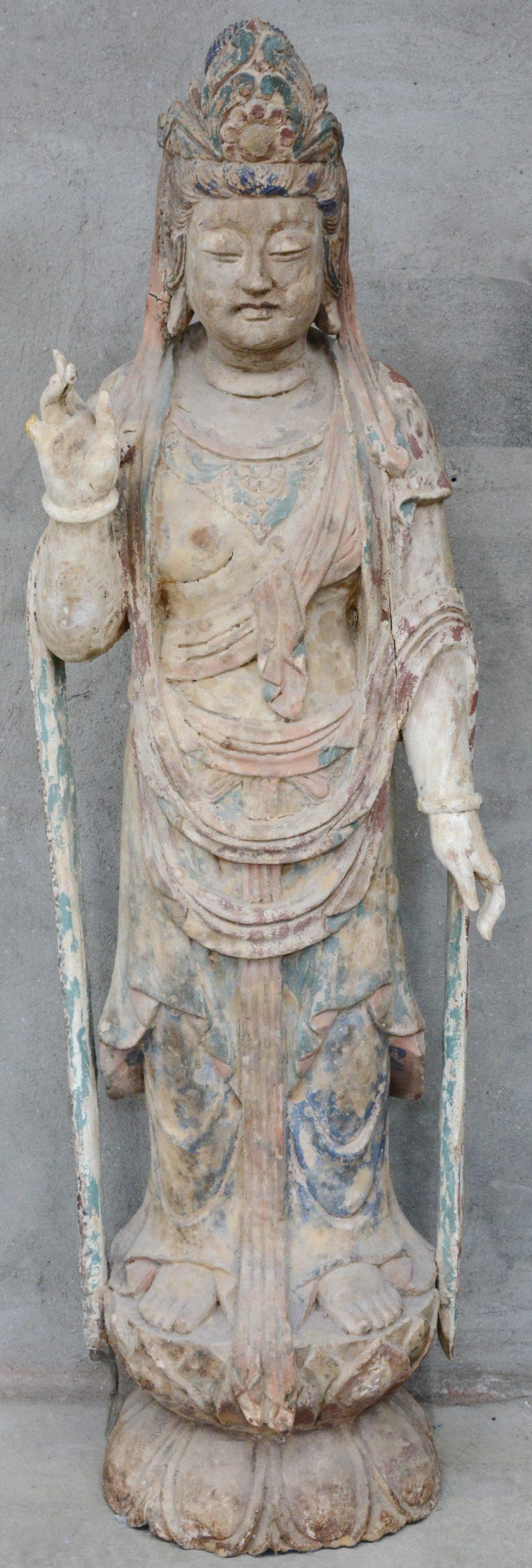 Een grote staande Guanyin van gepolychromeerd hout. XIXe eeuw. Enkele vingers manco.
