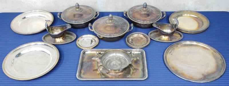 Een lot verzilverd metaal, bestaande uit twee sauskommen met arendskoppen, twee terrines, een schaal met hertenkoppen, vijf grote ronde schotels, een rechthoekige schotel en vijf kleine ronde schaaltjes.