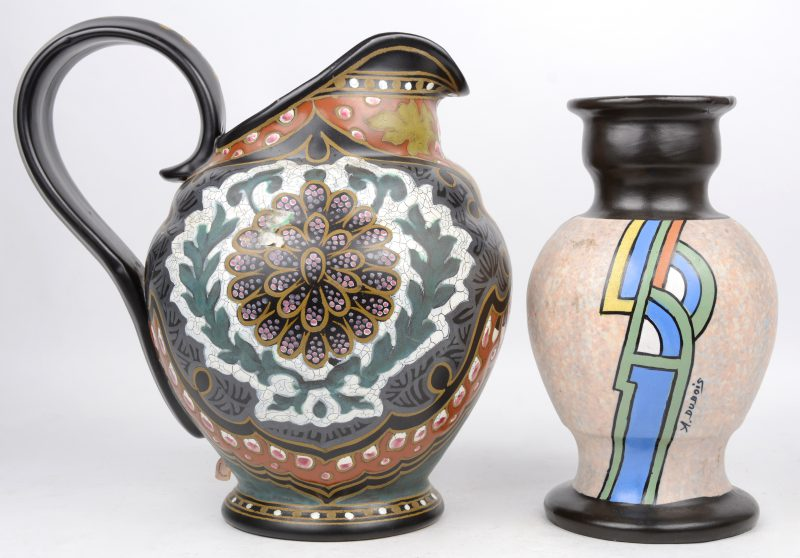Een art deco vaas van Belgisch aardewerk. Onderaan gemerkt en op de buik gesigneerd. Evenals een kruik van Gouda plateelwerk (H. 32 cm), onderaan gemerkt.