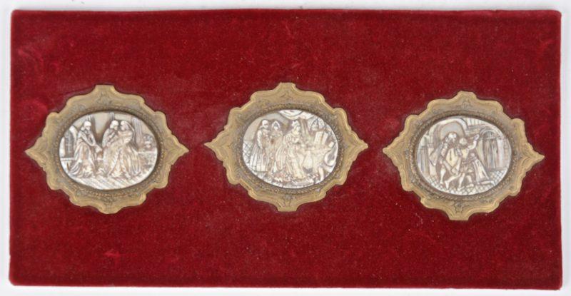 Drie ovale plaquettes met mythologische voorstellingen in kleine koperen lijstjes.