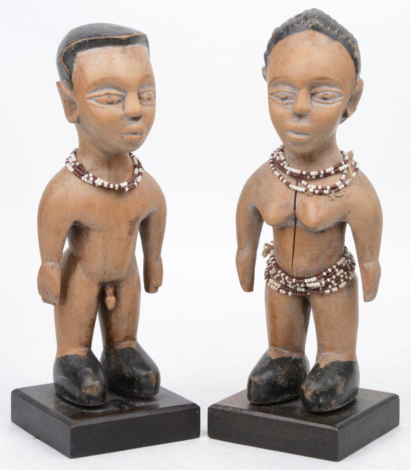 Een paar rituele beeldjes behorend tot een altaar voor Mami Wata. Gepolychromeerd hout. Ewe (Togo).