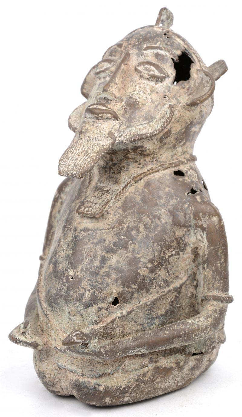 Een bronzen beeld van een Benin prins. Ashante (Ghana).
