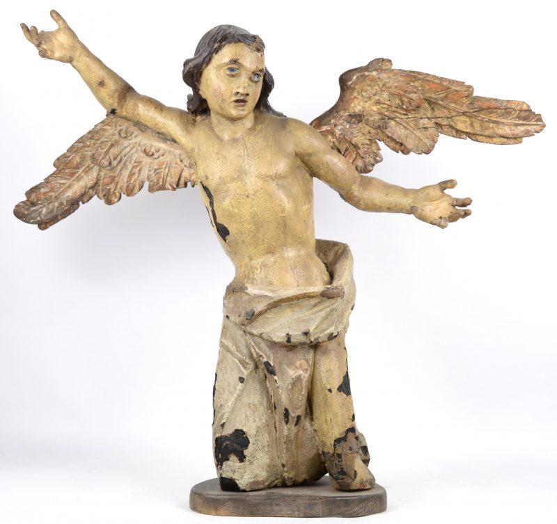 Een barokke engel van gebeeldhouwd hout. Diverse letsels en herstellingen. Omstreeks 1700.