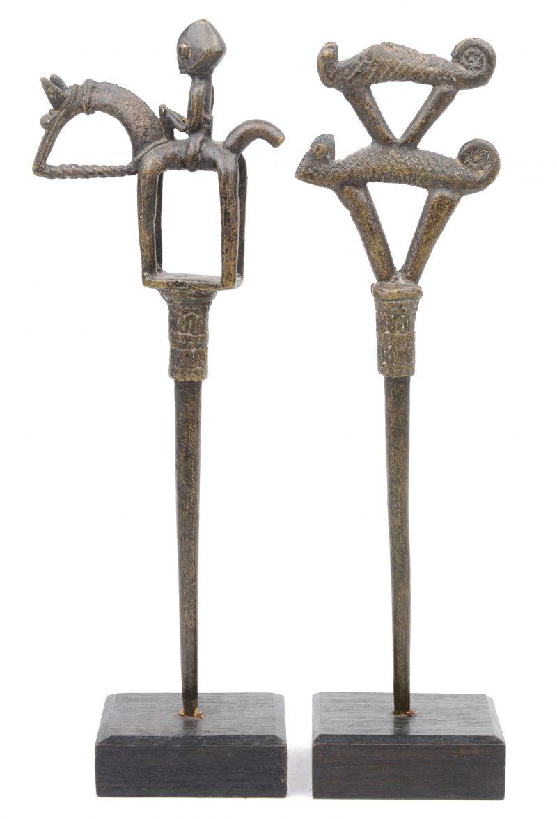 Twee bronzen vlechtspelden, de éne versierd met een ruiter, de andere met gestileerde kameleons. Dogon (Mali).