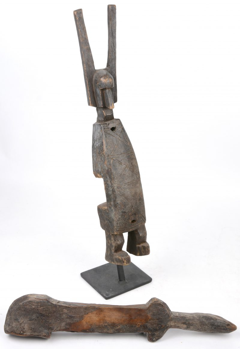 Een houten antropomorf slot. Bambara (Mali).