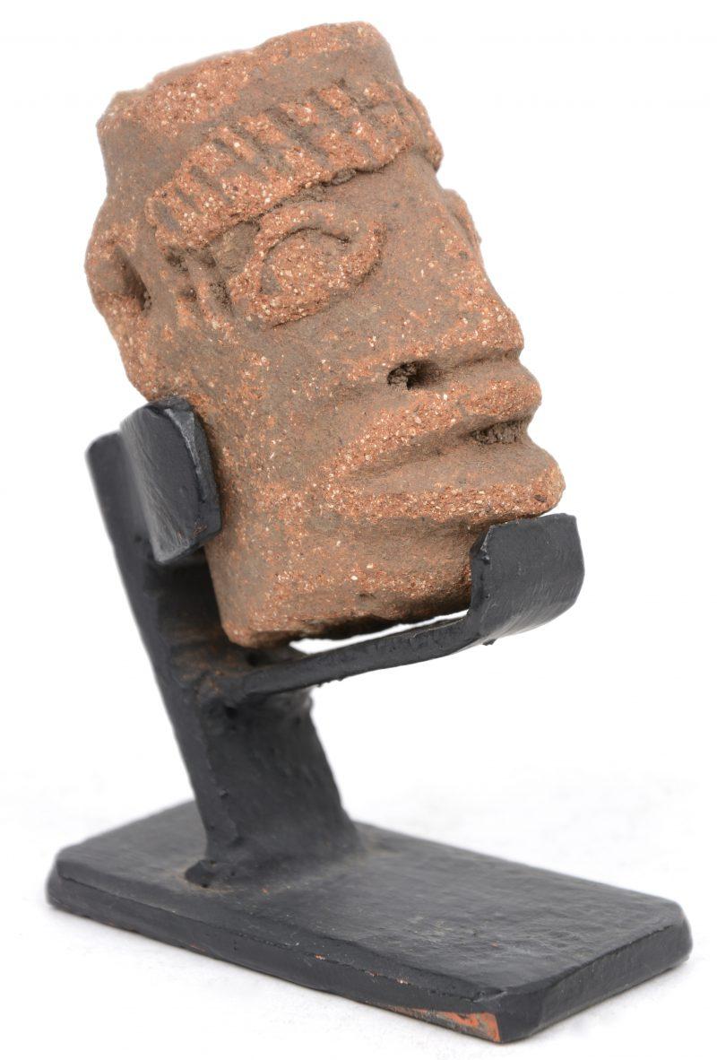 Een voorouderhoofdje van terra cotta. Komaland (Ghana).