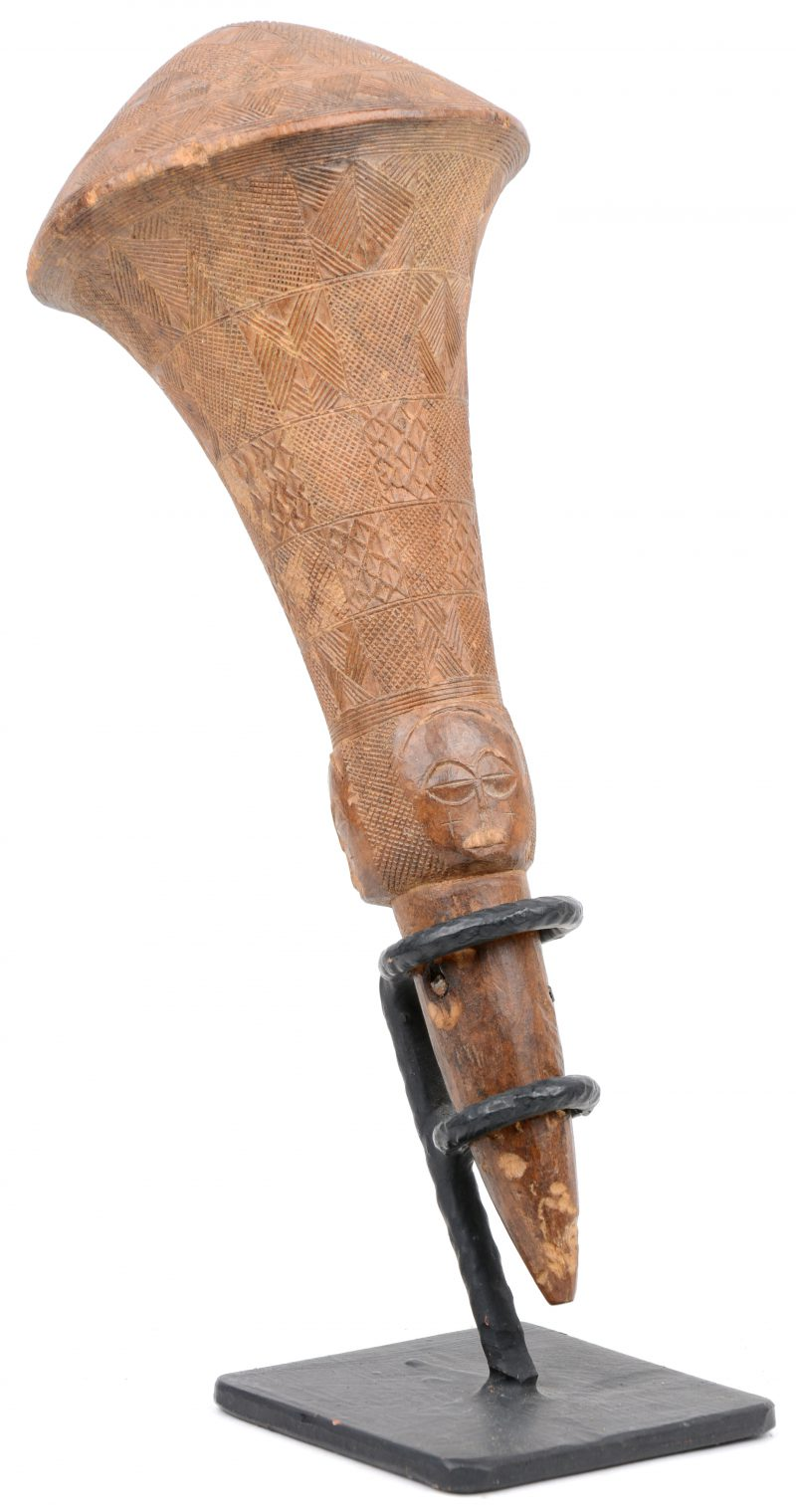 Een Afrikaans houten handvat, fijn geciseleerd. Kuba (DRC).