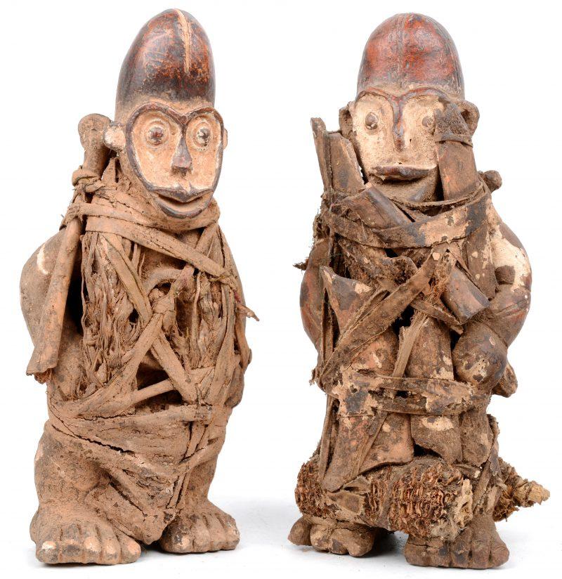 Twee Afrikaanse rituele beeldjes voorzien van offergaven. Dan (Ivoorkust).